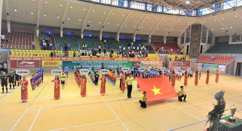 VICEM Hoàng Thạch nhà tài trợ độc quyền Giải bóng đá nhi đồng Hải Dương.