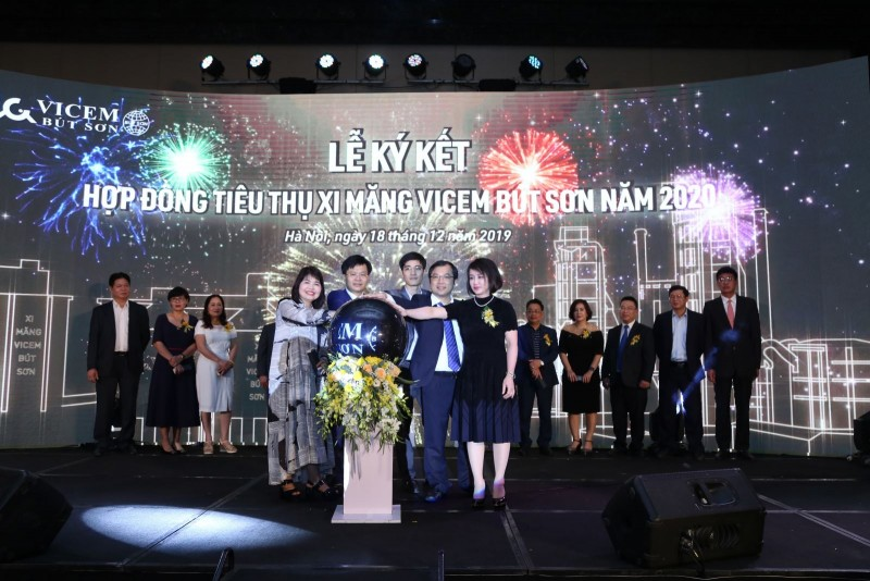 VICEM Bút Sơn tổ chức lễ ký kết hợp đồng tiêu thụ xi măng năm 2020